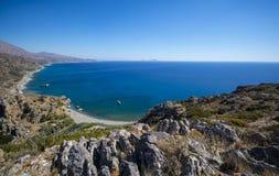 Vista de la playa Palm Beach de Preveli de la montaña de Creta fotos de archivo