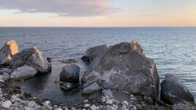 Vista de la playa de piedra y del Mar Negro almacen de metraje de vídeo