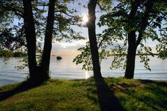 Vista de la playa a través de los árboles Imagen de archivo libre de regalías