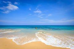 Vista de la playa tropical en Tailandia imagen de archivo libre de regalías