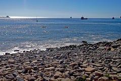 Vista de la playa y de naves chilenas Imagen de archivo libre de regalías