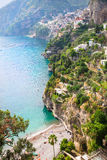 Vista de la playa y de Positano, costa de Amalfi, Italia de Arienzo Imagenes de archivo