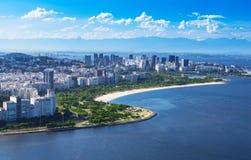 Vista de la playa y del distrito de Flamengo y Centro en Rio de Janeiro imagenes de archivo