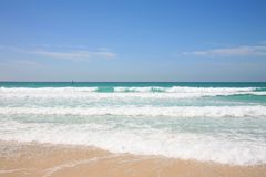 Vista de la playa y del Golfo Pérsico Imágenes de archivo libres de regalías