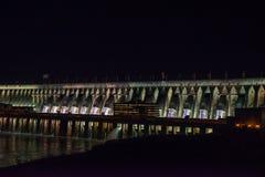 Vista de la presa iluminada del gigante de la presa de Itaipu Foto de archivo libre de regalías