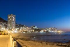 Vista de la 'promenade' del punto del mar en la puesta del sol Imágenes de archivo libres de regalías