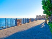 Vista de la 'promenade' en las paredes viejas de la ciudad de Alghero Foto de archivo