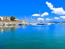 Vista de la 'promenade' y del puerto del mar Alghero, Cerdeña Italia Fotografía de archivo