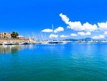 Vista de la 'promenade' y del puerto del mar Alghero, Cerdeña Italia Imágenes de archivo libres de regalías