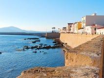 Vista de la 'promenade' y de las paredes viejas del alghero Alghero, Cerdeña, Italia Fotos de archivo libres de regalías