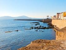 Vista de la 'promenade' y de las paredes viejas del alghero Alghero, Cerdeña, Italia Imágenes de archivo libres de regalías