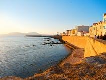Vista de la 'promenade' y de las paredes viejas del alghero Alghero, Cerdeña, Italia Imagen de archivo
