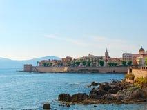 Vista de la 'promenade' y de las paredes viejas del alghero Alghero, Cerdeña, Italia Foto de archivo
