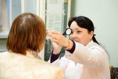 Vista de la prueba del oculista y del paciente Fotografía de archivo libre de regalías