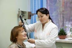 Vista de la prueba del oftalmólogo y del paciente Imagen de archivo libre de regalías