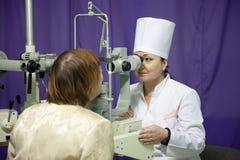 Vista de la prueba del oftalmólogo y del paciente Foto de archivo