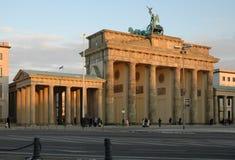 Vista de la puerta de Brandenburgo en la puesta del sol Imágenes de archivo libres de regalías
