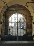 Vista de la puerta del metal con un ornamento imagen de archivo libre de regalías