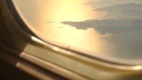 Vista de la puesta del sol de la ventana del avión almacen de video