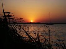 Vista de la puesta del sol en el lago imagen de archivo libre de regalías