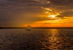 Vista de la puesta del sol en el puerto de Nueva York foto de archivo