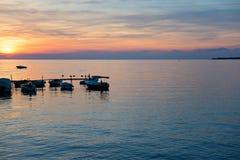 Vista de la puesta del sol hermosa sobre el mar adriático Imagen de archivo libre de regalías