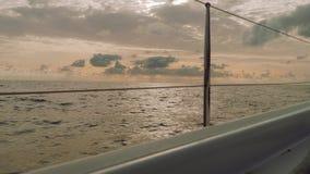 Vista de la puesta del sol mágica de la navegación del yate en el mar abierto en Atlántico almacen de metraje de vídeo