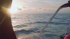 Vista de la puesta del sol mágica de la navegación del yate en el mar abierto en Atlántico metrajes