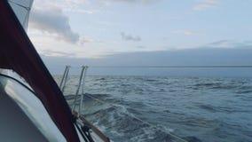 Vista de la puesta del sol mágica de la navegación del yate en el mar abierto en Atlántico almacen de video