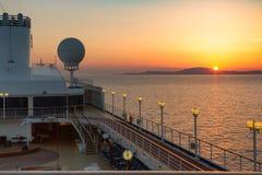 Vista de la puesta del sol sobre la isla de la cubierta del barco de cruceros Fotografía de archivo