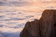 Vista de la puesta del sol sobre las nubes en las montañas Fotos de archivo libres de regalías