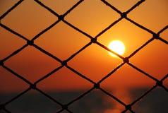 Vista de la puesta del sol a través de la red del velero foto de archivo libre de regalías