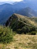 Vista de la región alpina italiana y una pista de senderismo en la montaña fotos de archivo libres de regalías