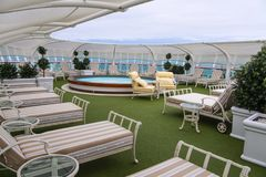 Vista de la relajación de los adultos solamente y del área del balneario en las cubiertas superiores en un barco de cruceros Foto de archivo libre de regalías