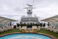 Vista de la relajación de los adultos solamente y del área del balneario en las cubiertas superiores de un barco de cruceros Imagen de archivo