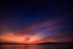vista de la resaca contra el cielo rojo azul marino fantástico antes de la salida del sol Imagen de archivo