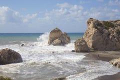 Vista de la roca del ` s del Aphrodite en un día tempestuoso Foto de archivo