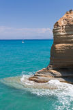 Vista de la roca en el mar en Sidari en Corfú Imagenes de archivo