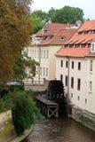 Vista de la rueda vieja del watermill de Praga Fotos de archivo