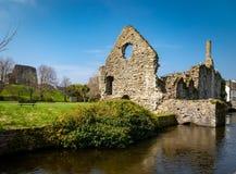 Vista de la ruina antigua de una casa normanda sobre el río Avon a través de Christchurch, Reino Unido fotografía de archivo libre de regalías