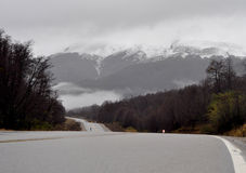 Vista de la ruta nacional 234 en Neuquen, la Argentina fotos de archivo libres de regalías