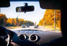 Vista de la ruta a través del vidrio delantero del coche Foto de archivo libre de regalías