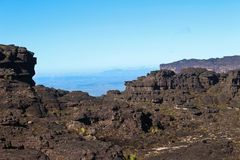 Vista de la sabana y de las rocas en la cima del soporte Roraima foto de archivo libre de regalías