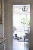 Vista de la sala de estar a través del Doorframe Imágenes de archivo libres de regalías