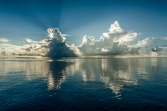 Vista de la salida del sol en el océano Fotografía de archivo libre de regalías