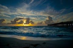 Vista de la salida del sol en la playa Foto de archivo libre de regalías