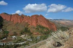 Vista de la señal famosa de Kirguistán - las rocas rojas llamaron siete toros en el barranco de Jeti Oguz, región de Issyk-Kul, A foto de archivo