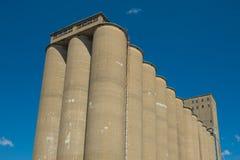 Vista de la sección de un elevador de grano, un comple agrario de la instalación imagenes de archivo