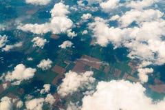 Vista de la tierra, de los campos, y de las nubes desde arriba Fotos de archivo libres de regalías