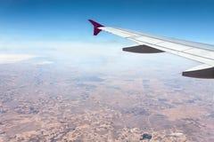 Vista de la tierra de un aeroplano Imagen de archivo libre de regalías